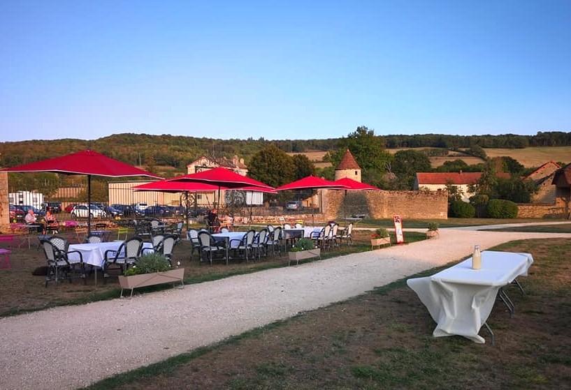 Le Fantastic Picnic se prépare sur la terrasse du Café du Château