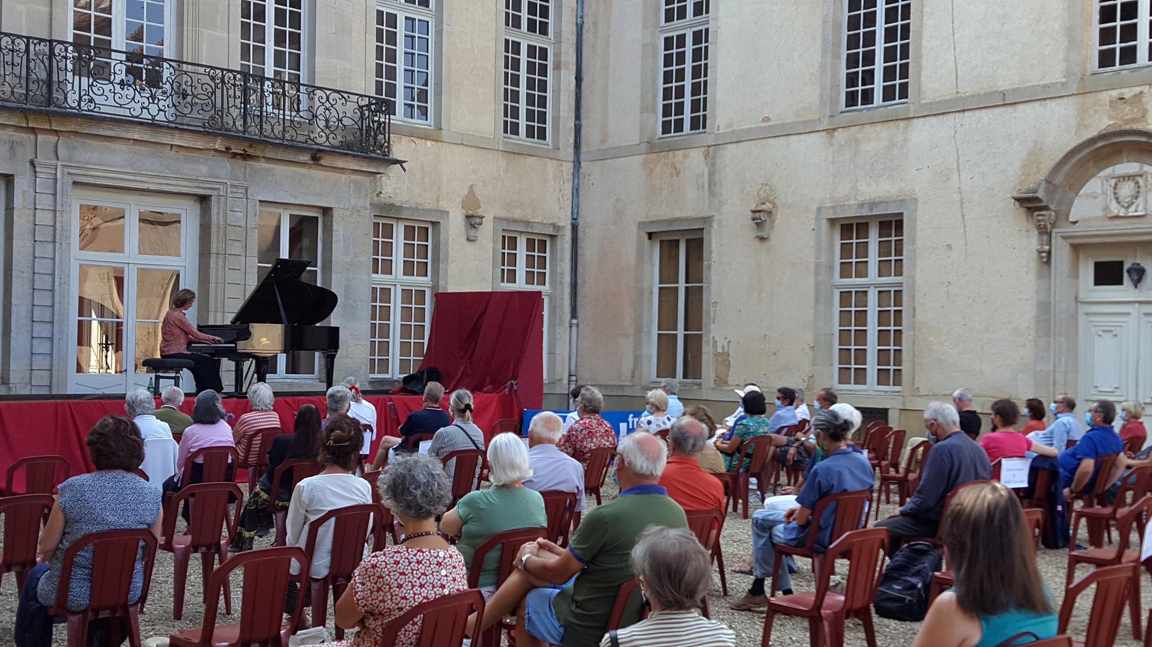 Pendant le concert de Juliette Mazerand