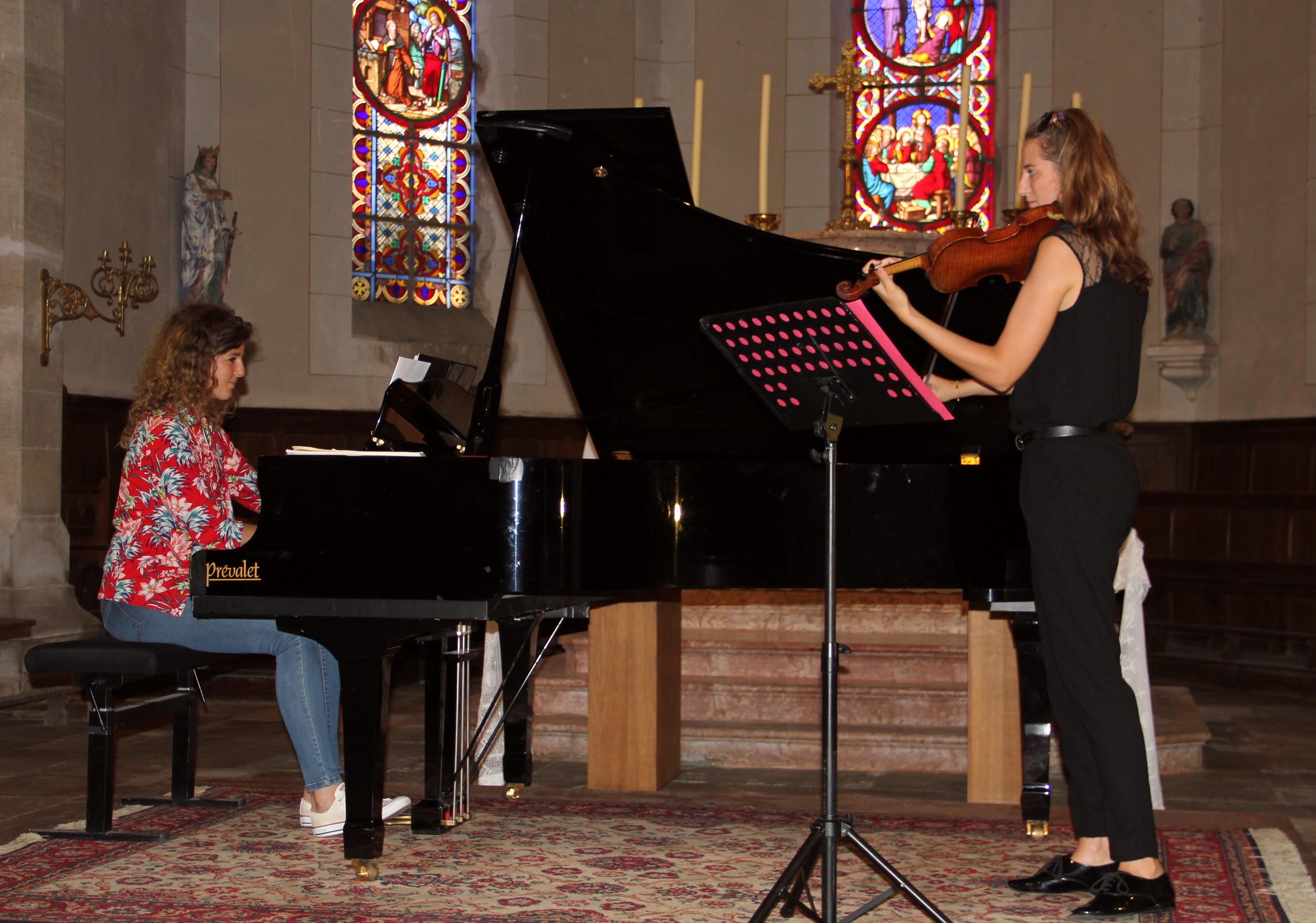 Les soeurs Graziano, Agnès, piano et Marie, violon, en répétition