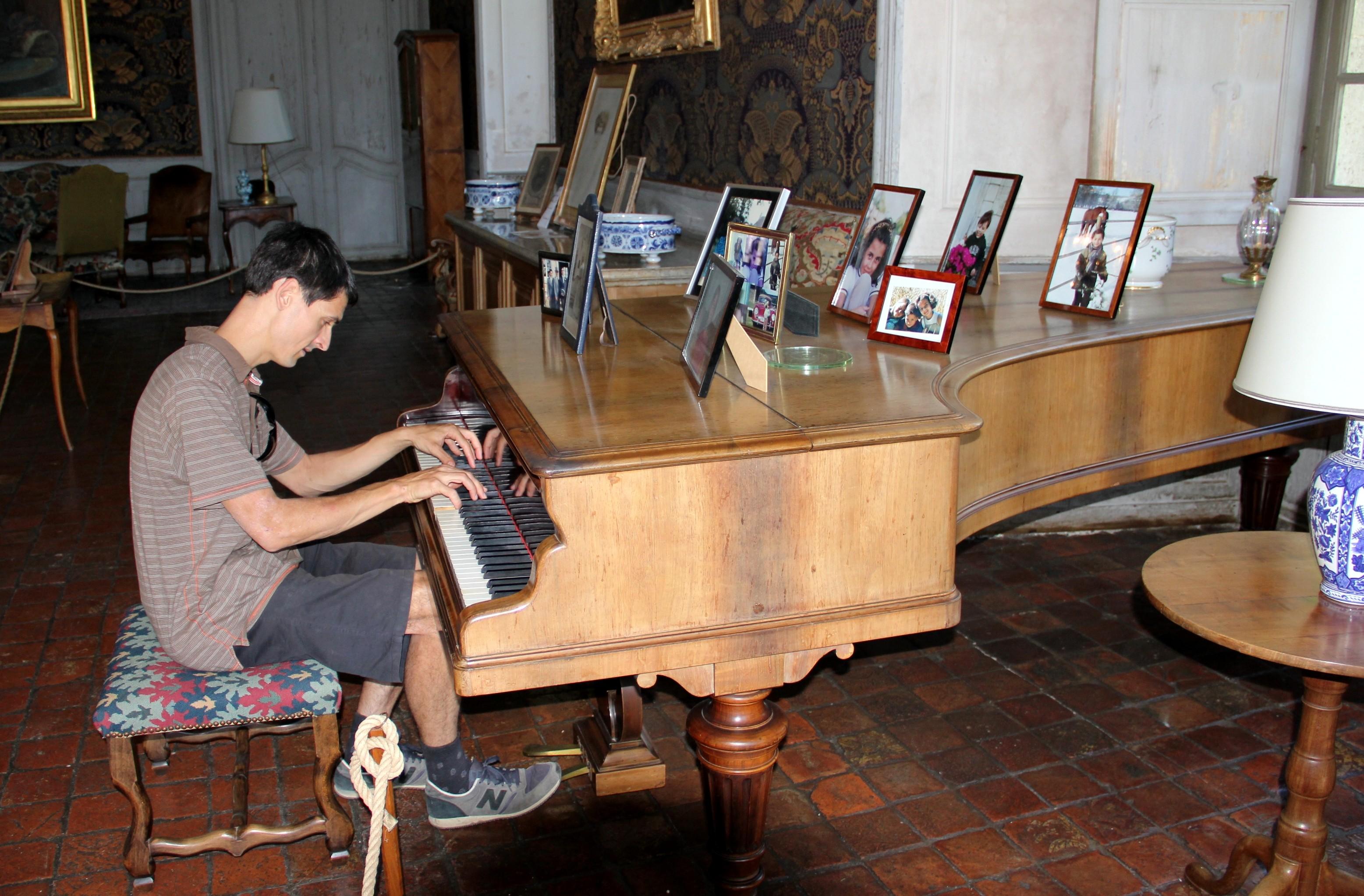Visite du château avant le concert. JB Mathulin joue sur l'Erard du château