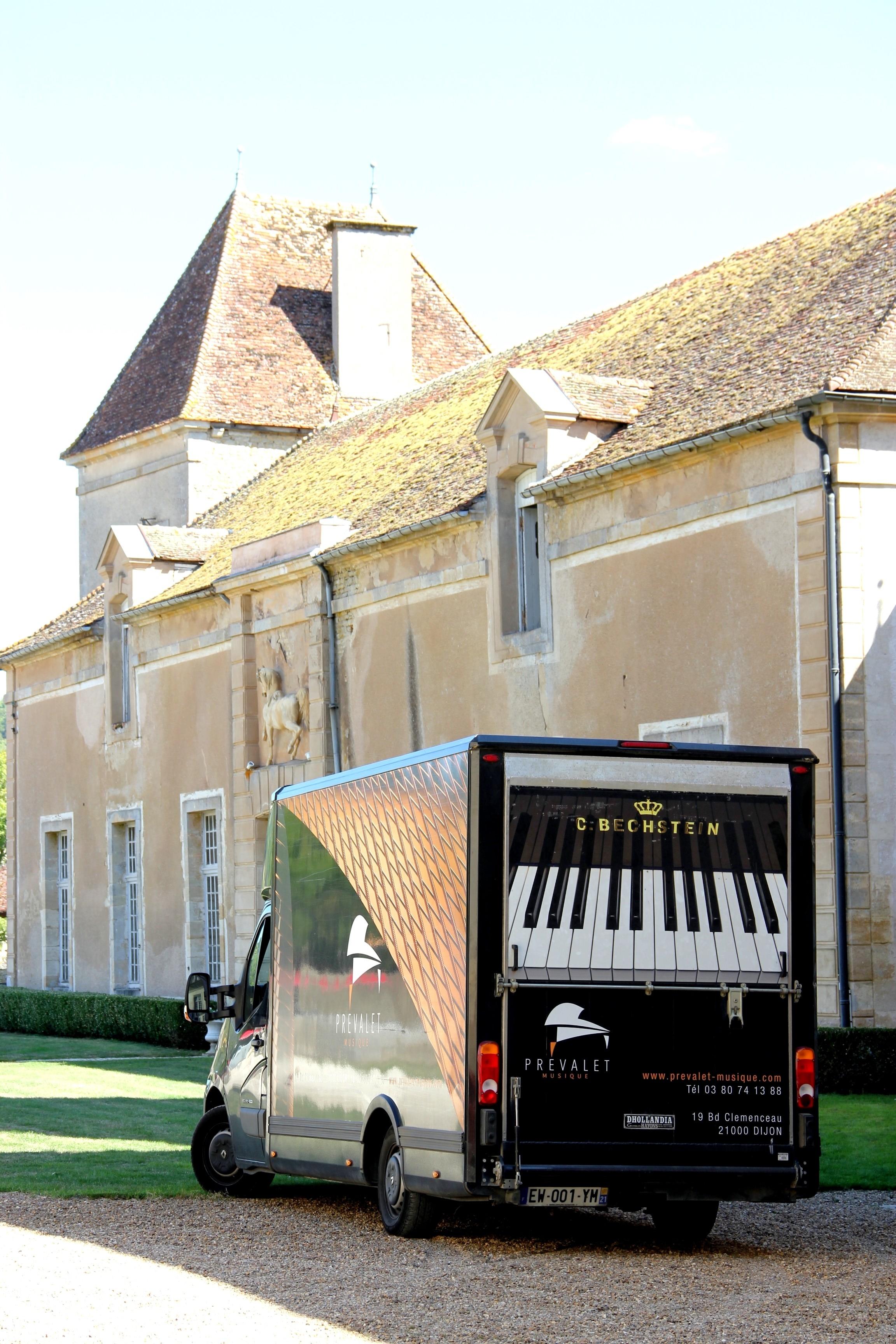 Le piano Bechstein est arrivé au château