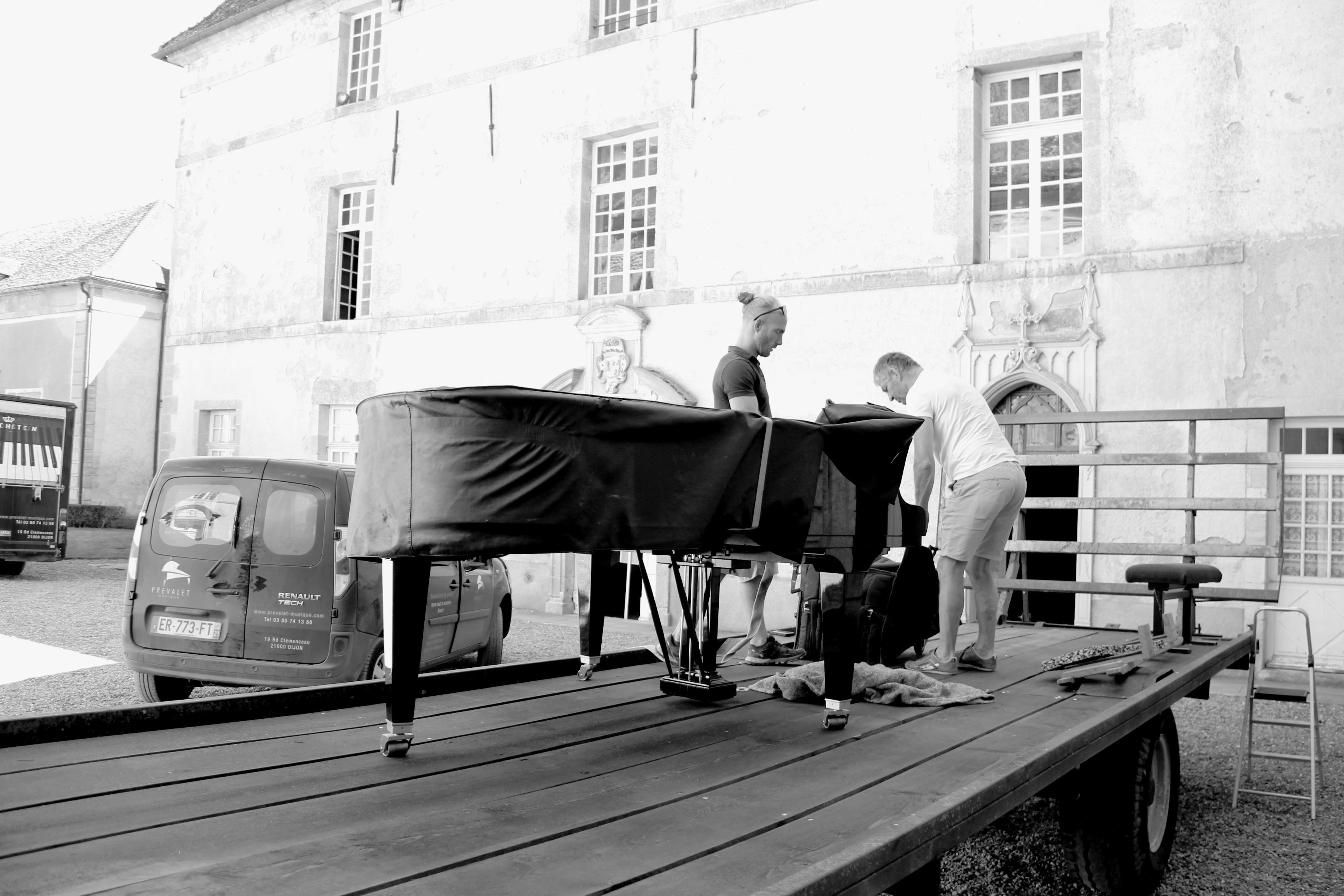 La Maison Prévalet-Musique installe le Bechstein sur la remorque qui servira de scène