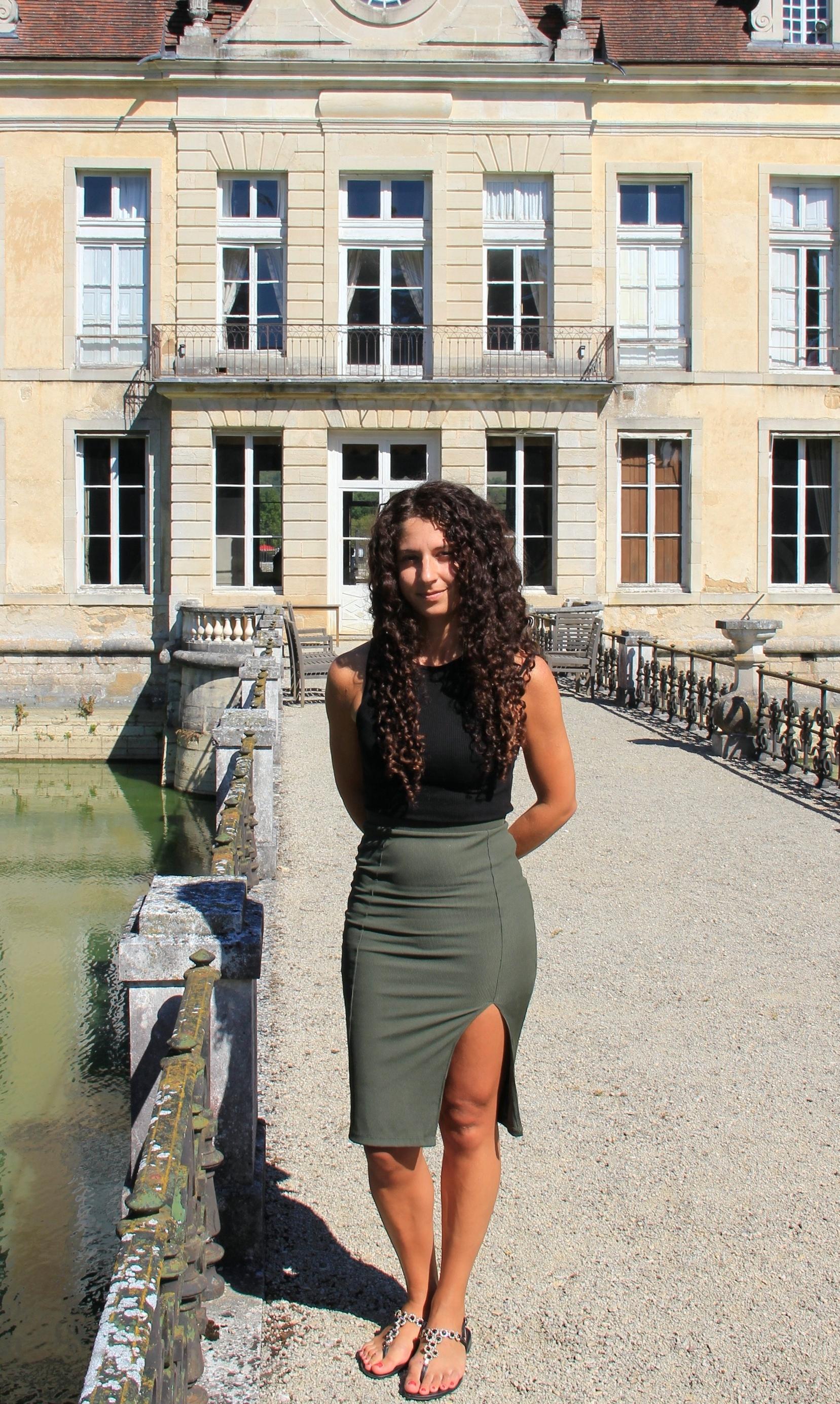 Ida Pelliccioli devant la façade XVIIIe s. du château