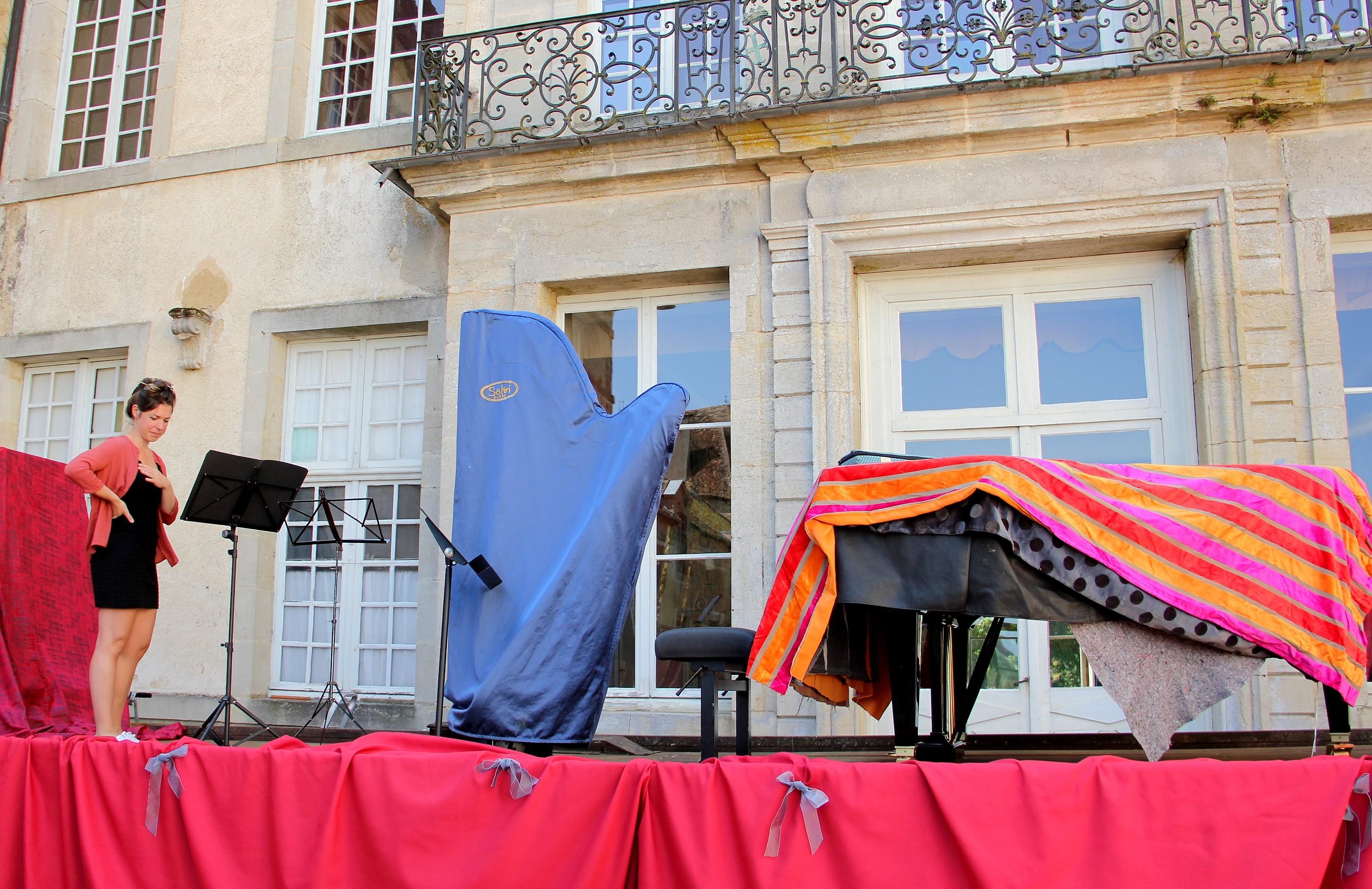 Le Trio Zerline vient d'arriver, la harpe est montée sur la scène, à côté du piano