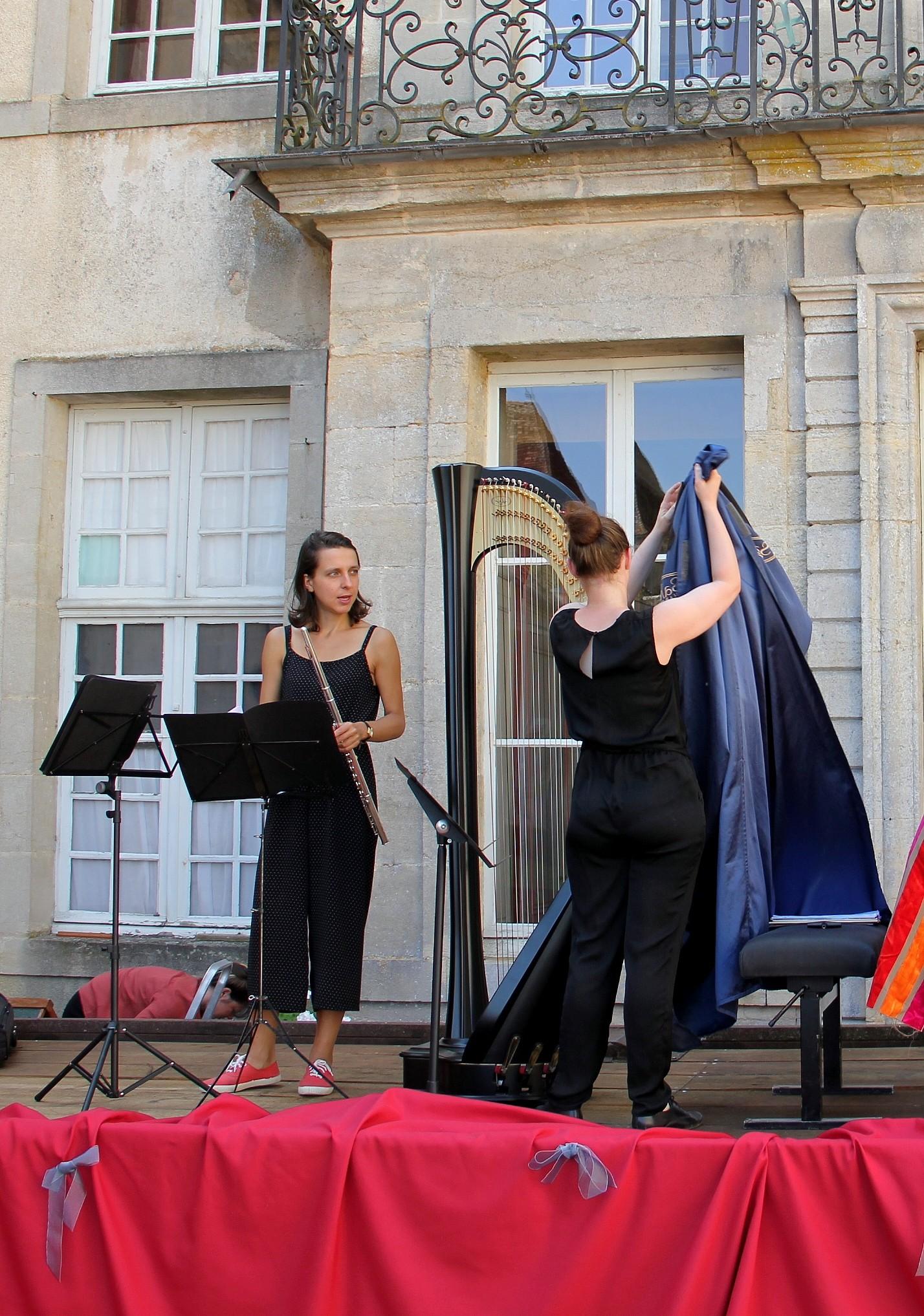Le Trio Zerline s'installe sur scène. Joanna découvre la harpe