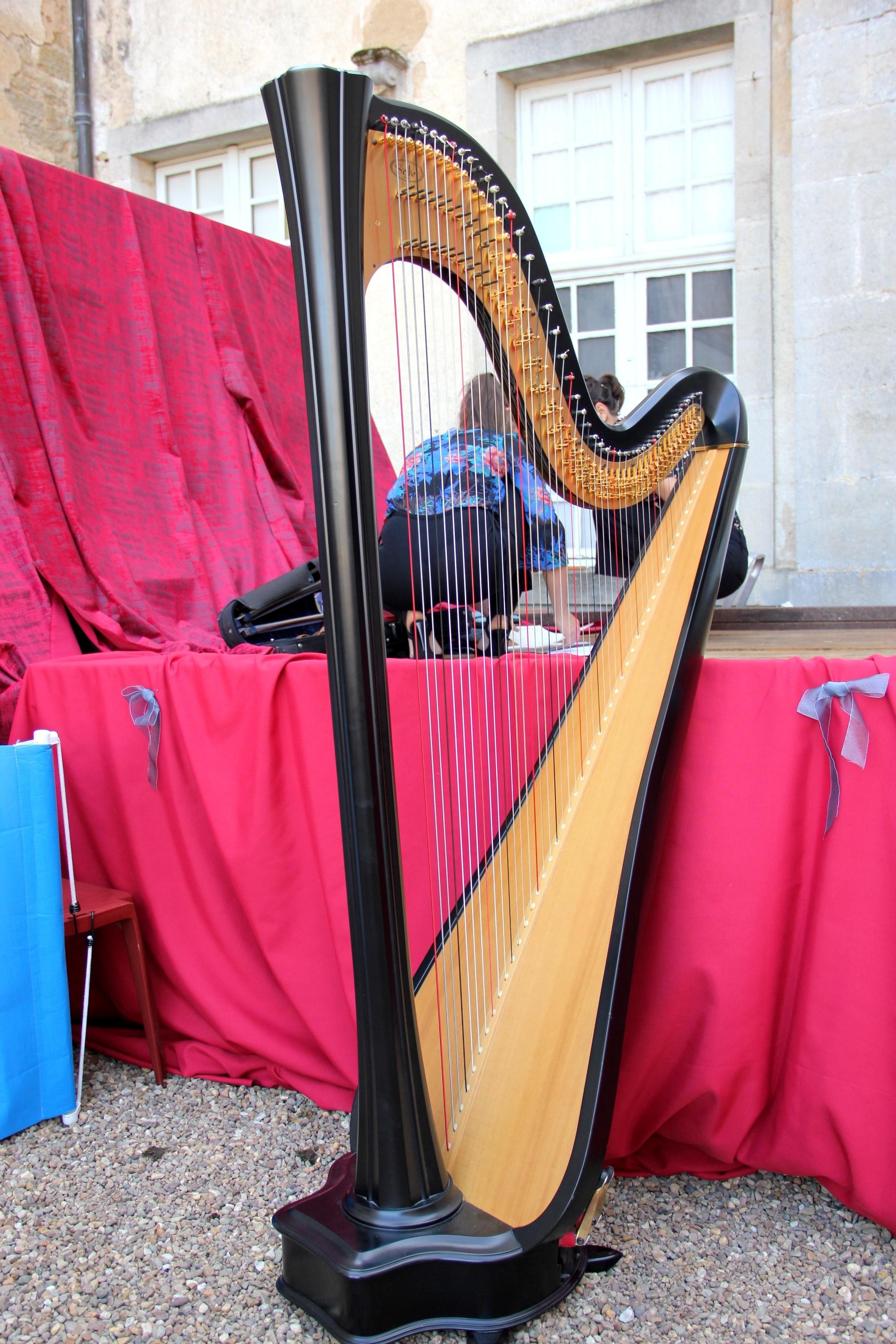 La harpe du Trio Zerline vient de descendre de scène