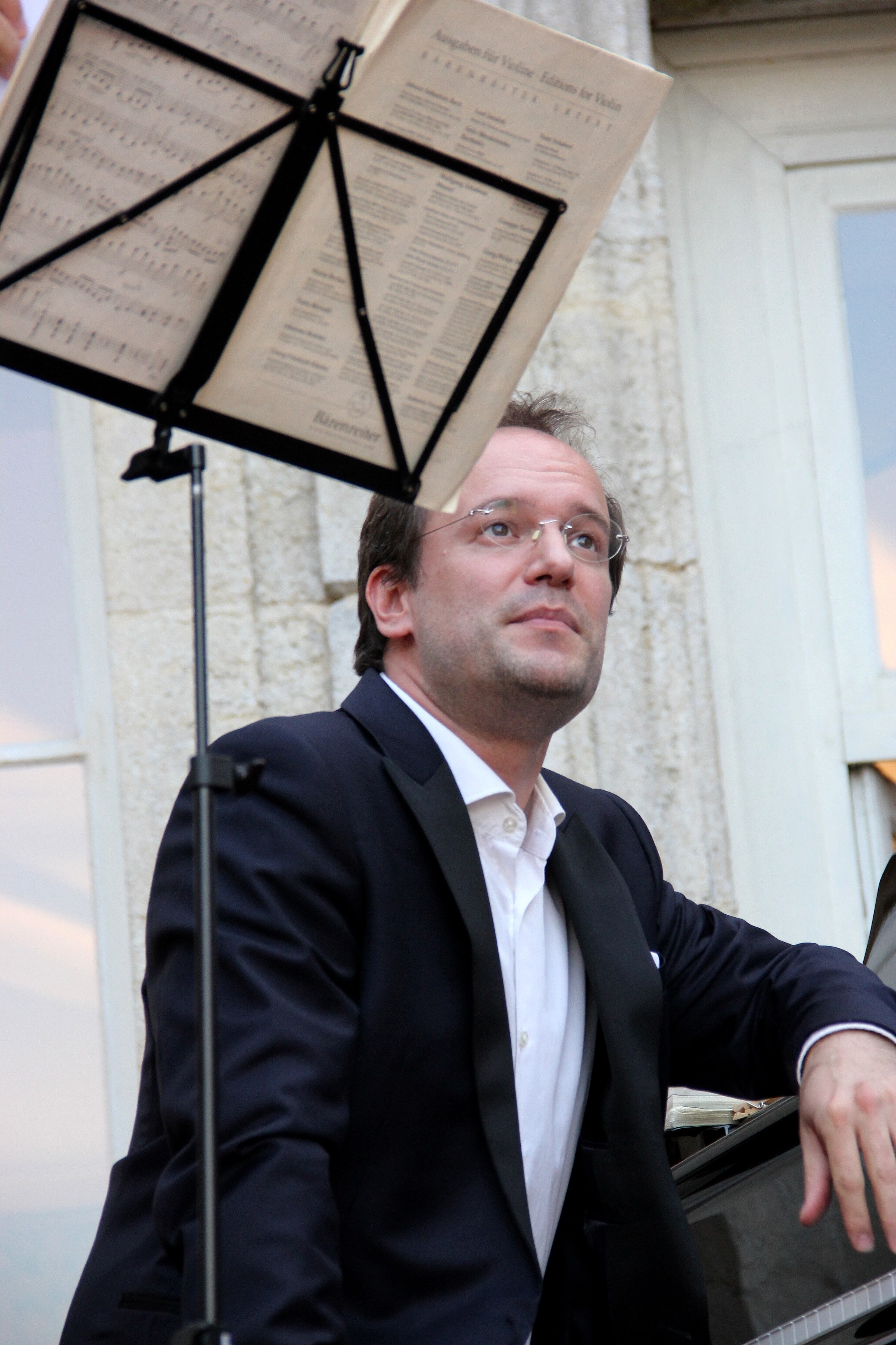 Boris de Larochelambert, du Trio Chausson, présentant une oeuvre