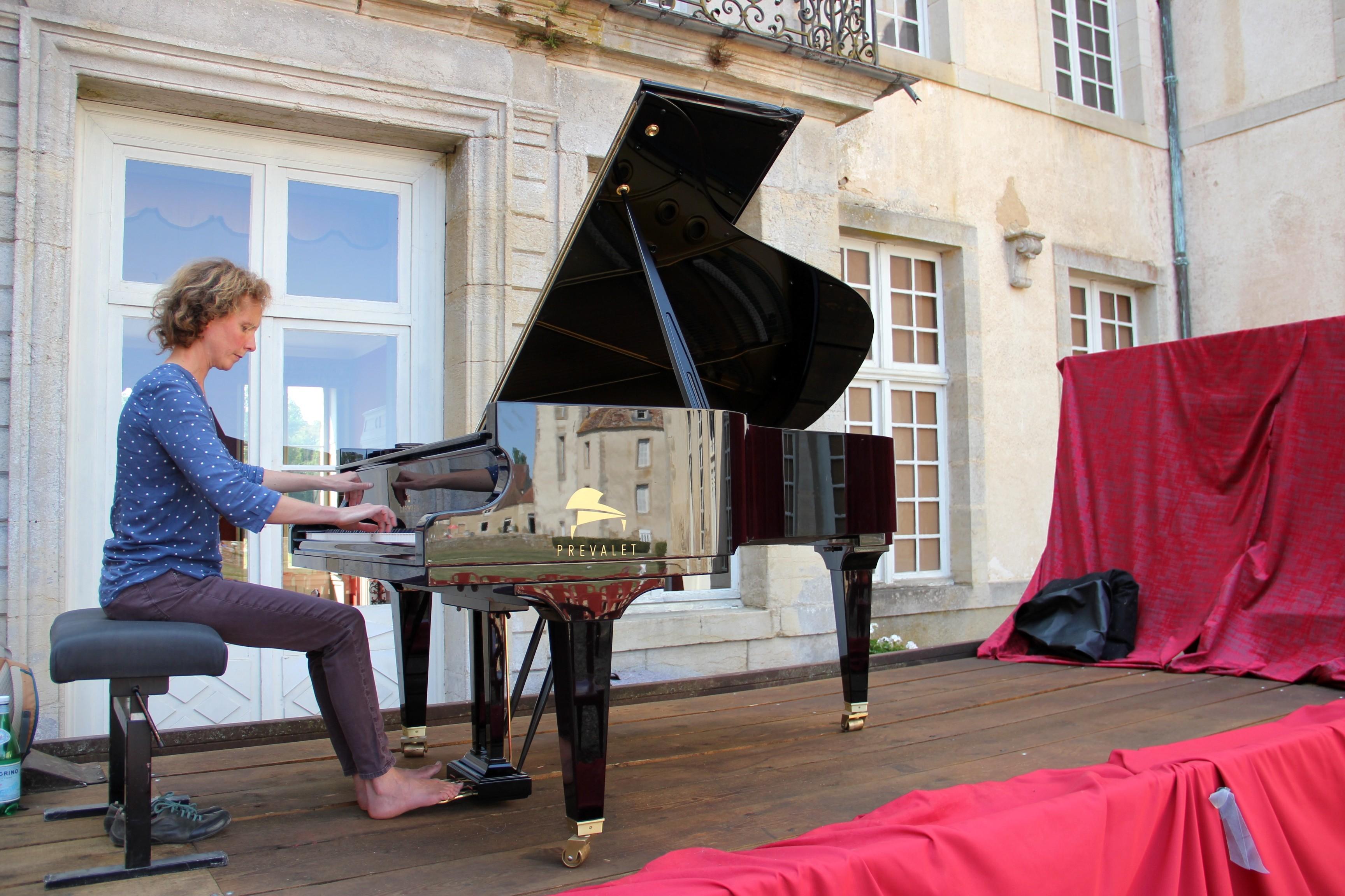Juliette Mazerand découvre l'excellente acoustique de la cour du château de Commarin