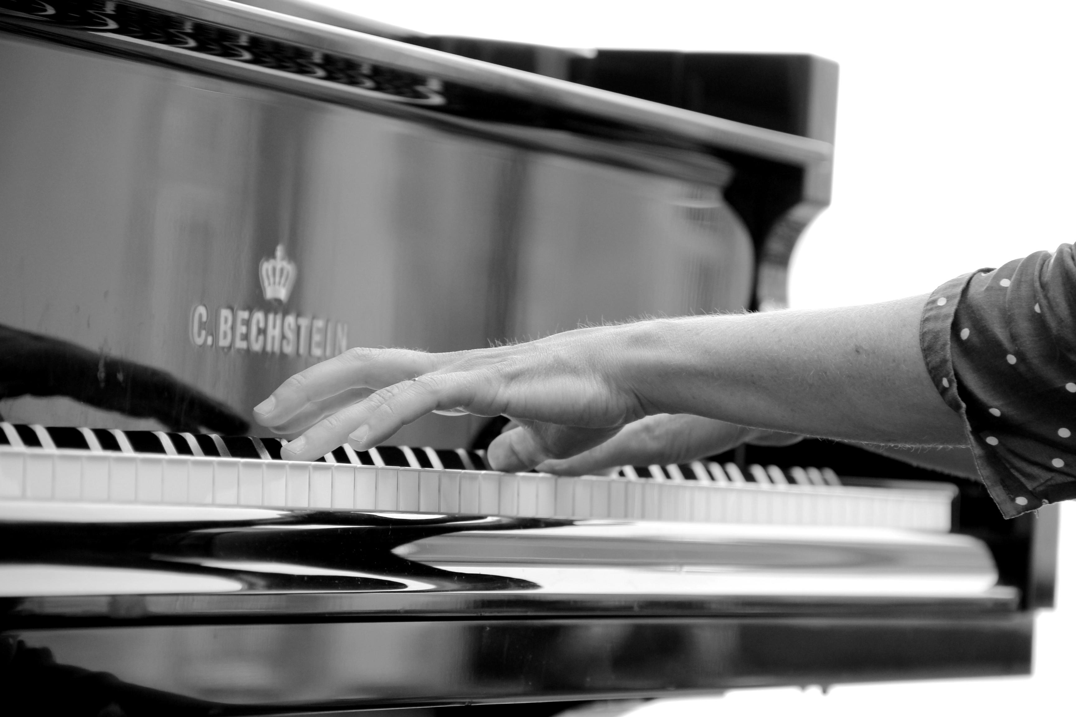 Les mains de Juliette Mazerand sur le clavier du Bechstein